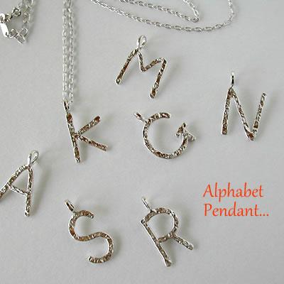 アルファベットのペンダント